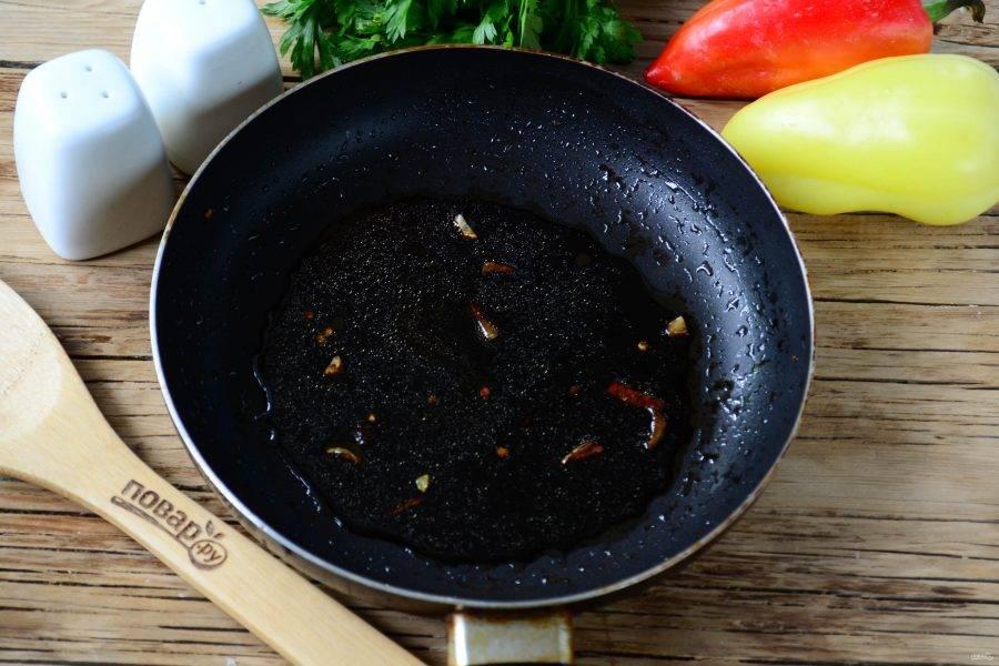 Выньте перец, а в сковороду добавьте бальзамический уксус и сахар. Готовьте на медленном огне, постоянно помешивая, чтобы получилась бальзамическая глазурь.
