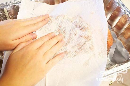 3. Затем убрать свинину из соляного раствора, слегка обсушить на бумажных полотенцах, поместите в форму для выпечки.