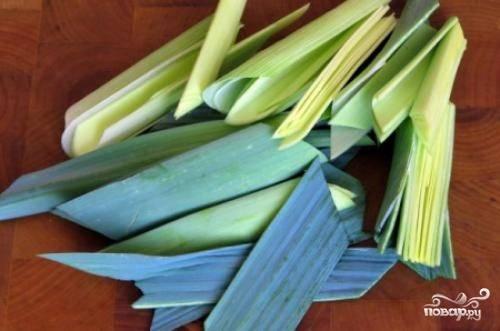 Лук-порей разрезаем пополам, разбираем на отдельные листы и тщательно их промываем.