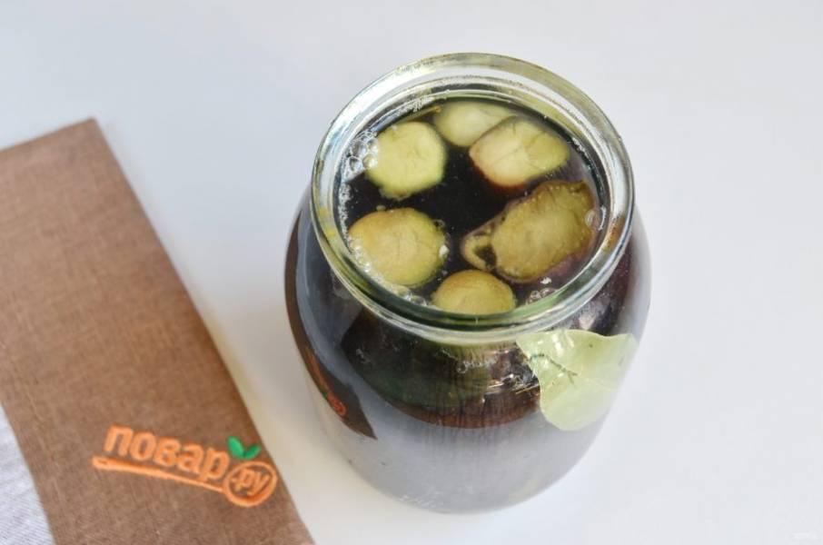 8. Залейте горячим рассолом, он должен полностью покрывать баклажаны. Накройте блюдечком и оставьте на столе на 2-3 дня. После чего можно убрать в холодильник для хранения или съесть!