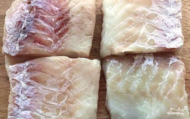 Филе трески нарезаем на порционные кусочки.