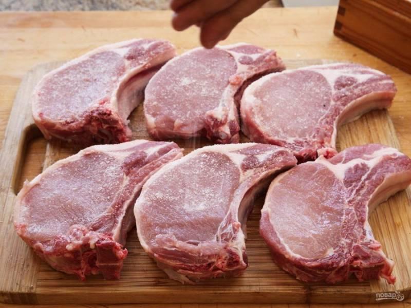 1. Нарежьте вырезку на стейки.