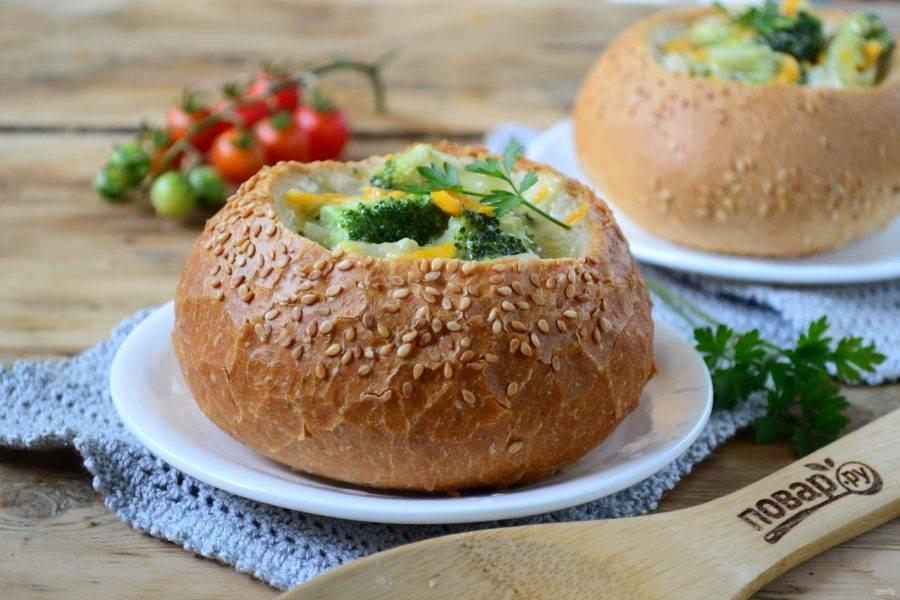 Подавайте оригинальный сырный суп с брокколи горячим. Кушайте с удовольствием!