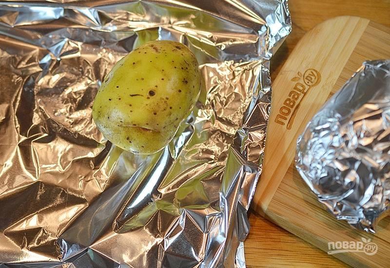 Картошку хорошо помойте заверните в фольгу, запеките в разогретой до 180 градусов духовке около 30 минут.