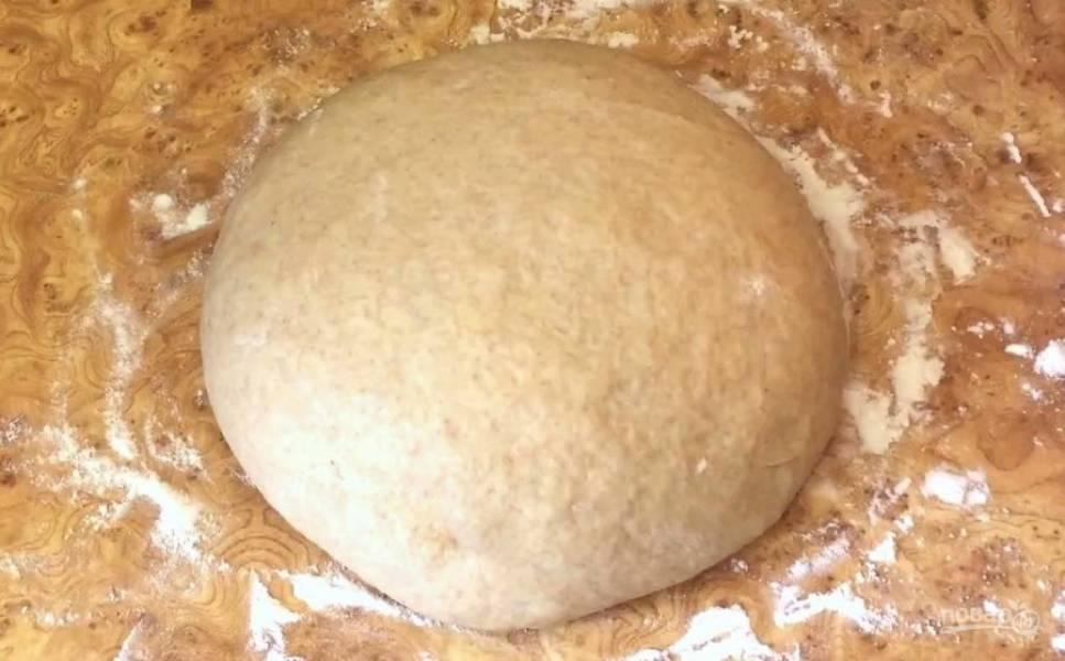 Выложите тесто на рабочую поверхность, присыпанную мукой. Придайте тесту форму шара и накройте крышкой. Оставьте при комнатной температуре на 20 минут. Тесто готово к выпечке.