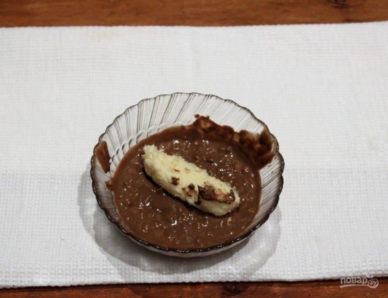5. Растопите плитку шоколада, после чего обмакните конфеты сразу из морозилки (так шоколад лучше возьмется). И выложите их на блюдо.