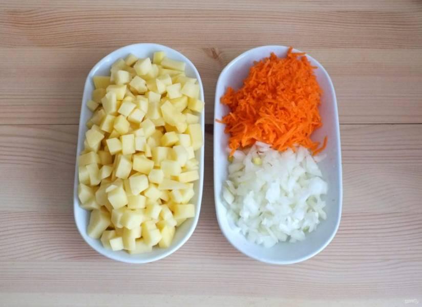 Подготовьте овощи. Картофель нарежьте средним кубиком, лук мелким кубиком, морковь натрите на средней терке.