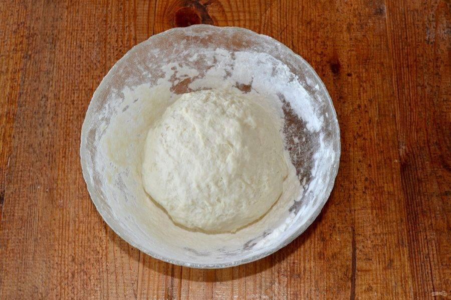 Замесите мягкое тесто, которое не липнет к рукам и оставьте его на 30 минут.