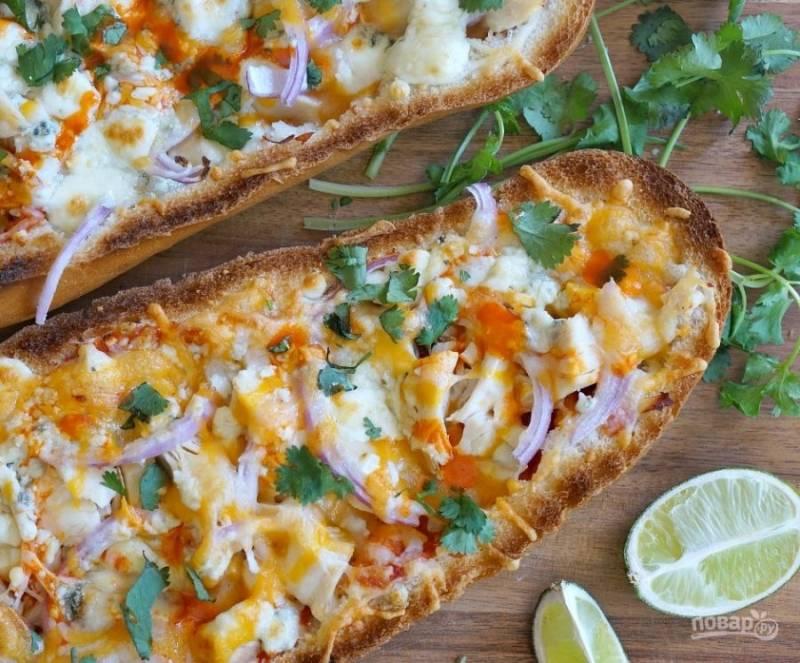 4.Выложите бутерброды на гриль или отправьте в духовку (220-250 градусов), запекайте до румяной корочки (5 минут). Нарежьте мелко кинзу и украсьте горячие бутерброды. Приятного аппетита!