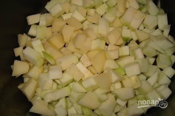 Картофель и кабачок почистите, а потом нарежьте овощи мелкими кубиками. Выложите их в чашу мультиварки.