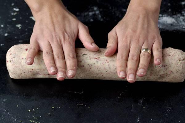4. Выложите его на рабочую поверхность и слегка разомните руками. Скатайте из него рулет. Работать с таким тестом одно удовольствие!