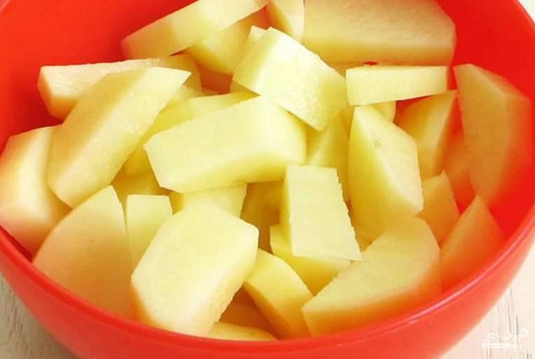 Чистим картофель. Его можно заменить репой, топинамбуром или тыквой, если боитесь есть крахмалистую пищу. Режем не сильно мелко, ведь дальше будем его молоть.