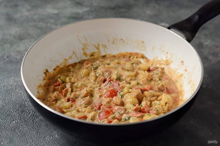 Серединку из кабачков и томаты нарежьте на маленькие кубики. Добавьте к темпе, тушите до мягкости. Посолите и поперчите по вкусу, добавьте сметану и мелко порубленный чеснок. Тушите все вместе, пока не испарится лишняя жидкость. Начинка должна получиться густой.