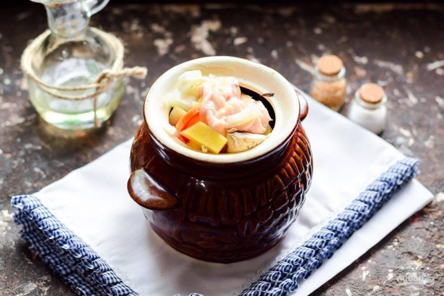 Все ингредиенты сдобрите солью и перцем, добавьте по желанию лавровый лист. Переложите все в горшочки, влейте масло. Прогрейте духовку до 180 градусов, после переставьте в духовку горшочки, готовьте жаркое 40 минут.