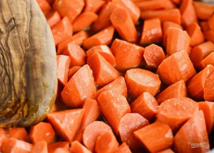 2. Затем нарежьте очищенную морковь средними кусочками и отправьте их в сковороду.