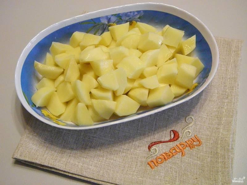 Очищенный картофель по режьте не большими кубиками.