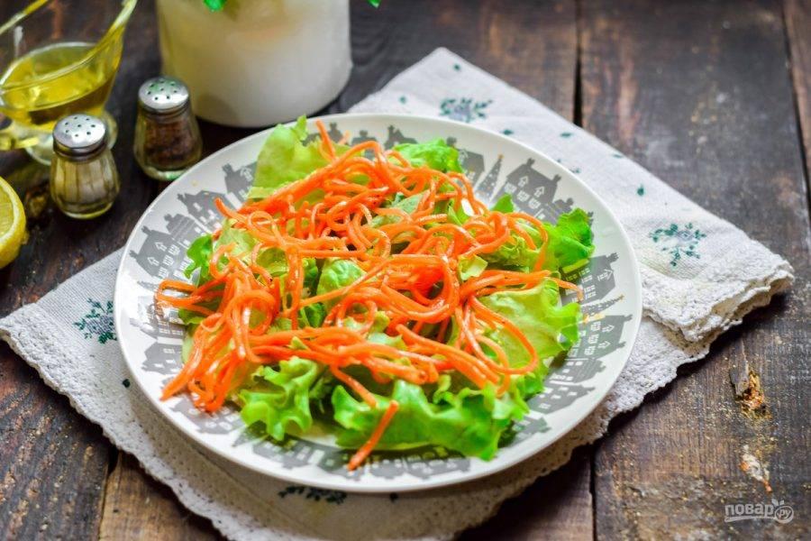 Поверх разложите морковь по-корейски.