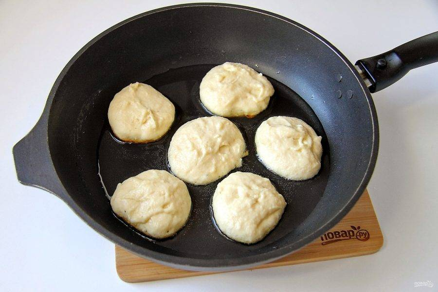 Разогрейте сковороду с маслом и выкладывайте тесто при помощи столовой ложки, придавая оладьям необходимую форму.