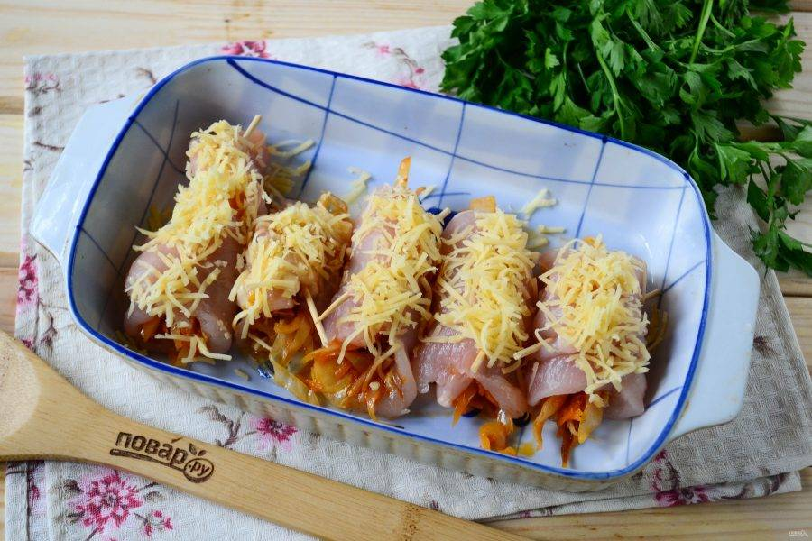 Переложите куриные рулетики в форму для запекания и отправьте в разогретую до 180 градусов духовку на 30-35 минут.