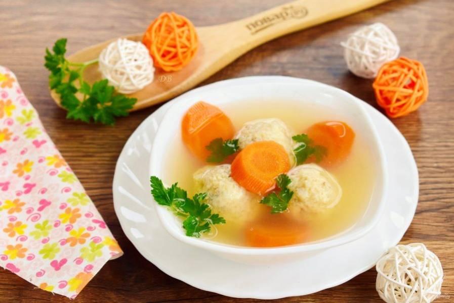 Подавайте мавританский рыбный суп горячим, с рубленой петрушкой. Приятного аппетита!