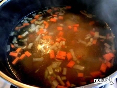Теперь отправим морковь с луком к картофелю, пусть варятся. Огонь небольшой.