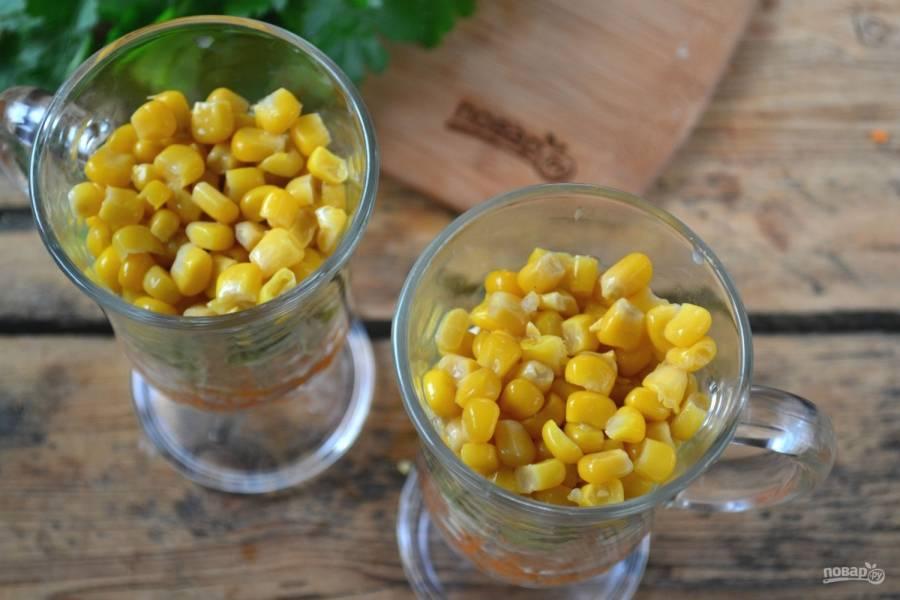 Последний слой – консервированная кукуруза. Ее не жалейте.