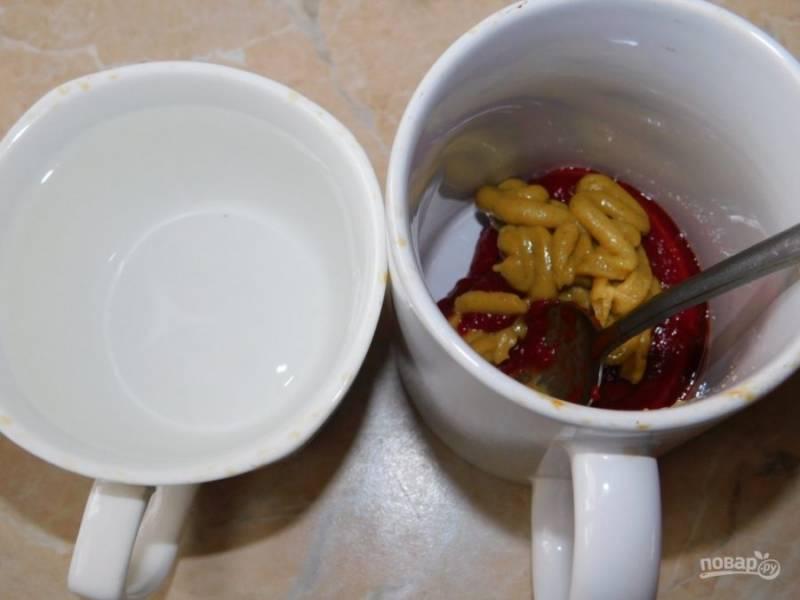 Отдельно смешайте горчицу, томатную пасту и воду.
