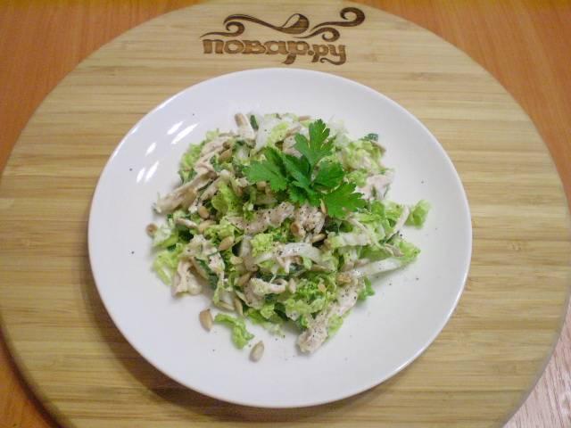 Салат перемешайте. Выложите горкой на тарелочку, сверху посыпьте семечками и украсьте зеленью. Приятного!