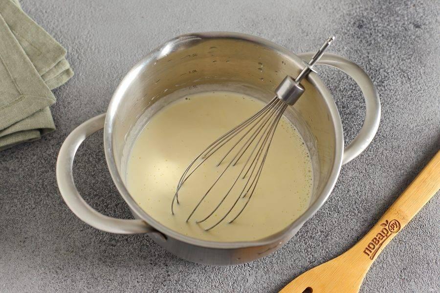 Добавьте сметану, кефир, яйцо и взбейте все вместе еще раз.