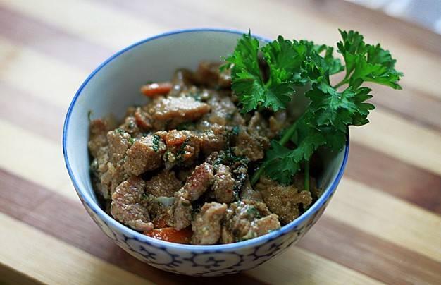 Затем грибы и мясо смешиваем в одной сковородке и обжариваем еще около 5-7 минут. Затем раскладываем по тарелкам и подаем к столу. Приятного аппетита!