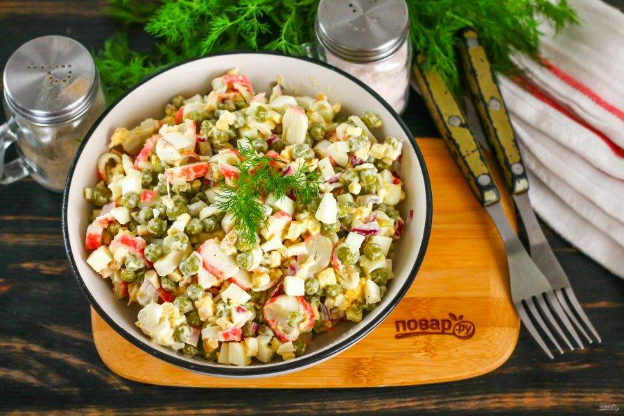 Выложите приготовленное блюдо в салатник, украсьте по своему вкусу, например, свежей зеленью укропа и подайте к столу. Предварительно салат можно охладить в холодильнике.