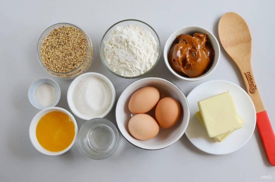 Подготовьте ингредиенты. Сливочное масло оставьте на столе, пусть оно стоит в тепле. Духовку включите прогреваться до 180 градусов. Приступим!