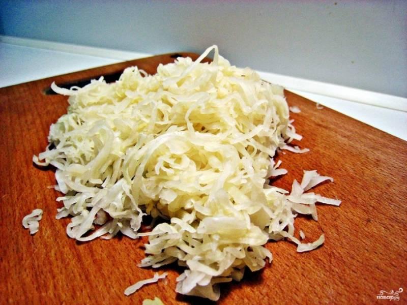 Квашеную капусту промойте (у меня была уж очень соленая, поэтому я ее промыла, но это необязательно), отожмите от лишней жидкости и порубите ножом, чтобы удобнее кушать было.