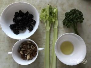 Салат из сельдерея с черносливом - фото шаг 1