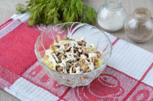Салат с консервированной сайрой и яйцами - фото шаг 6
