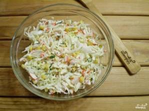 Салат с крабовыми палочками и кукурузой - фото шаг 5