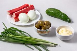 Салат с крабовыми палочками и оливками - фото шаг 1