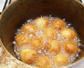 Творожные шарики, жареные в масле - фото шаг 11