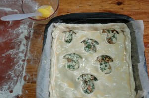 Пирог с грибами из слоеного бездрожжевого теста - фото шаг 10