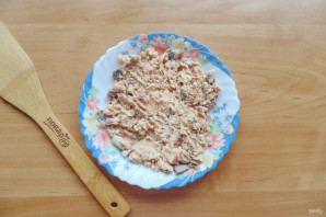 Слоеный салат с консервированной горбушей - фото шаг 3