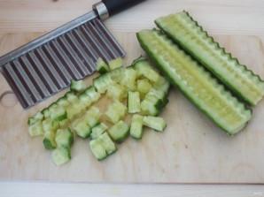 Салат с кириешками и огурцами - фото шаг 2