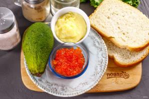 Бутерброды с авокадо и красной икрой - фото шаг 1