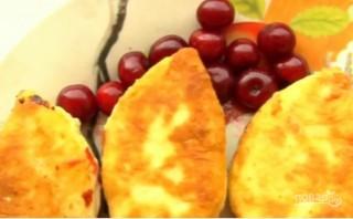 Жареные пирожки с вишней на кефире - фото шаг 7