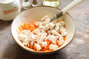 Салат с корейской морковью и маринованными огурцами - фото шаг 3