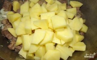 Тушеная картошка с мясом в казане - фото шаг 3