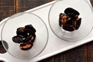 Чернослив с грецким орехом в сливках
