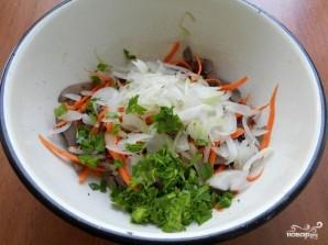 Салат с маринованным луком - фото шаг 2