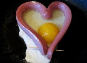 Яичница в сосиске сердечком - фото шаг 3