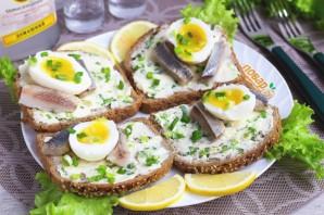 Бутерброды с сельдью и яйцом - фото шаг 5