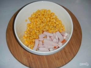 Салат с сухариками, кукурузой - фото шаг 1